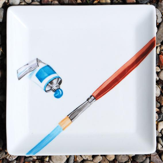 assiette-pinceau bleu peinture sur porcelaine