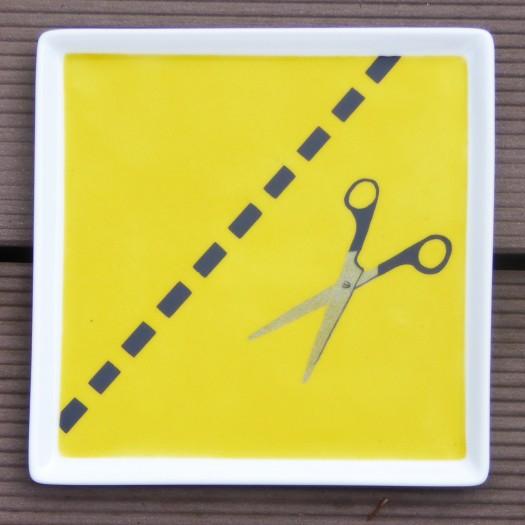 plat-carre-jaune-ciseaux